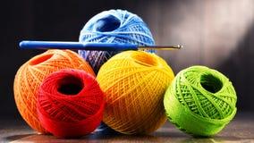 Fil coloré pour faire du crochet et crochet sur la table en bois Photos libres de droits