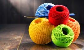 Fil coloré pour faire du crochet et crochet sur la table en bois Photo libre de droits