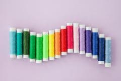 Fil coloré pour la couture Photographie stock libre de droits