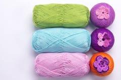 Fil coloré pour le tricotage Images stock
