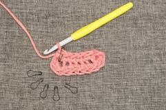 Fil, crochet de crochet, et serrures roses tricotés de point Images libres de droits