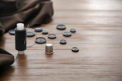 Fil, dé et boutons pour la mise sur pied Photo libre de droits