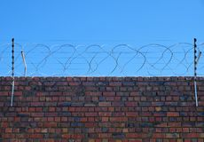 Fil de Barb et clôture électrique images stock
