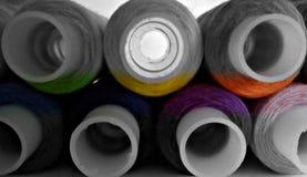Fil de bobine Milieu coloré Dessus et bas noirs et blancs Photos stock