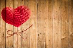 Fil de coeur d'amour de jour du ` s de Valentine sur le bâton en bois au-dessus du fond en bois Photo stock