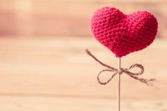 Fil de coeur d'amour sur le bâton en bois Photographie stock libre de droits