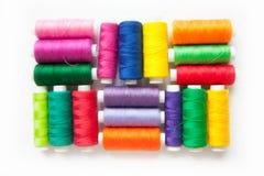 Fil de couleur pour la couture Fond blanc Photo libre de droits