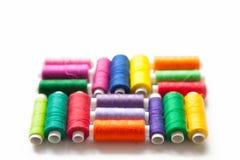 Fil de couleur pour la couture Fond blanc Image stock