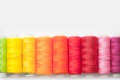 Fil de couleur pour la couture Fond blanc Photos libres de droits