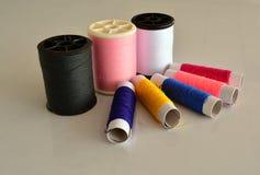 Fil de couture coloré Images libres de droits