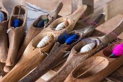 Fil de couture coloré dans un tube en bois Image libre de droits