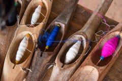 Fil de couture coloré dans un tube en bois Images libres de droits