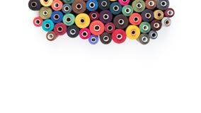 Fil de couture d'approvisionnements sur le fond blanc Textotez, couvrez, imprimez, affiche prête Photos stock