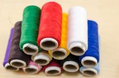 Fil de couture dans diverses couleurs Images libres de droits