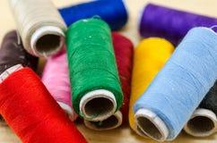 Fil de couture dans diverses couleurs Photographie stock