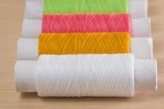 Fil de couture de différentes couleurs Photographie stock