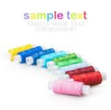 Fil de couture multicolore d'isolement sur le fond blanc Photos stock