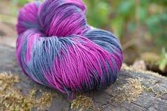 Fil de laine coloré sur le fond rustique Photo libre de droits