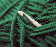 Fil de laine de tricotage vert avec le crochet Photo stock