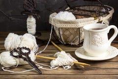 Fil de laine et aiguilles de tricotage dans un panier de vintage Photos libres de droits