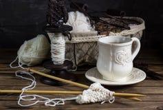 Fil de laine et aiguilles de tricotage dans un panier de vintage Photographie stock