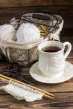 Fil de laine et aiguilles de tricotage dans un panier de vintage Photo stock