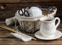 Fil de laine et aiguilles de tricotage dans un panier de vintage Image libre de droits