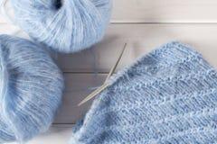 Fil de laine et aiguilles de tricotage de tricotage bleus Images stock