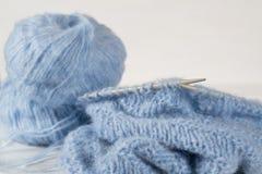 Fil de laine et aiguilles de tricotage de tricotage bleus Photo libre de droits