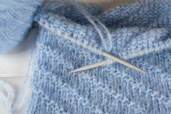 Fil de laine et aiguilles de tricotage de tricotage bleus Photographie stock libre de droits