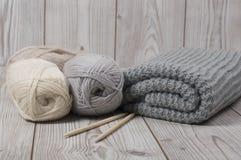 Fil de laine et couverture tricotée Photo stock