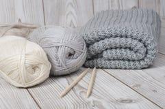 Fil de laine et couverture tricotée Photographie stock libre de droits
