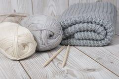 Fil de laine et couverture tricotée Photos libres de droits