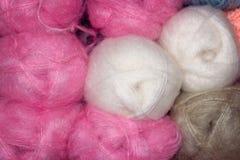 Fil de laine rose et blanc pour le tricotage Photos libres de droits