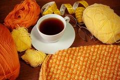Fil de laine, tricotage, tasse de thé, verres et bande de mesure Photographie stock libre de droits