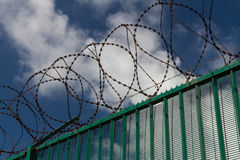 Fil de rasoir sur la barrière verte gardant le terminal du ferry français Images stock