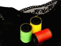 Fil de toile d'ouate colorée de fil sur le tube de bobine Photo stock