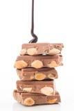 Fil du chocolat liquide, tour en baisse des morceaux de chocolat photos stock