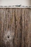 Fil en métal et poteau en bois Image stock