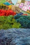 Fil en soie coloré dans différentes couleurs Images libres de droits