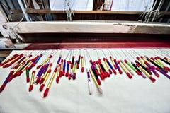 Fil en soie coloré fait par le métier à tisser de tissage indien Image libre de droits