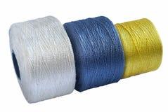 Fil en soie coloré roulé sur des bobines Photo stock