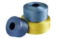 Fil en soie coloré roulé sur des bobines Photos stock