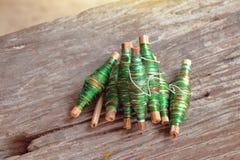 Fil en soie coloré sur le fond en bois Image libre de droits