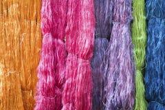 Fil en soie cru coloré dans la ferme en soie Photos stock