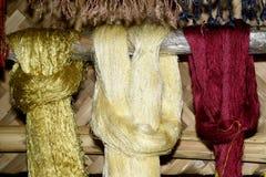 Fil en soie cru coloré en soie de processus de fabrication Images stock