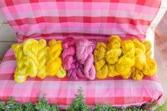 Fil en soie cru et non-traité des cocons jaunes de la soie Photos stock