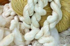 Fil en soie cru, fabriqué à la main de l'habillement cru de soie de fil Image stock