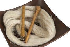 Fil en soie et bobines crus Images stock