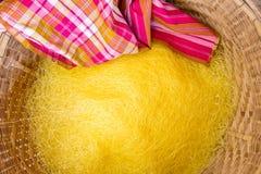 Fil en soie jaune dans le panier Photos stock